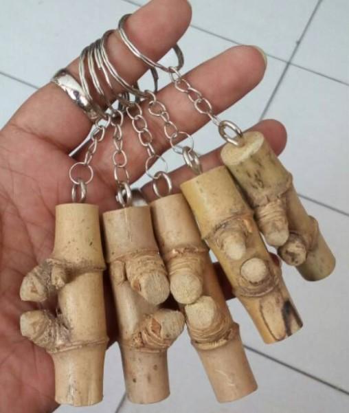 Kerajinan Gantungan Kunci dari Bambu