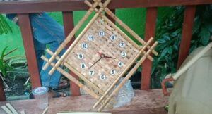 Kerajinan Jam Dinding dari Bambu