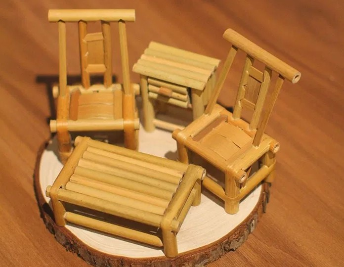 Kerajinan Miniatur Meja Kursi dari Bambu