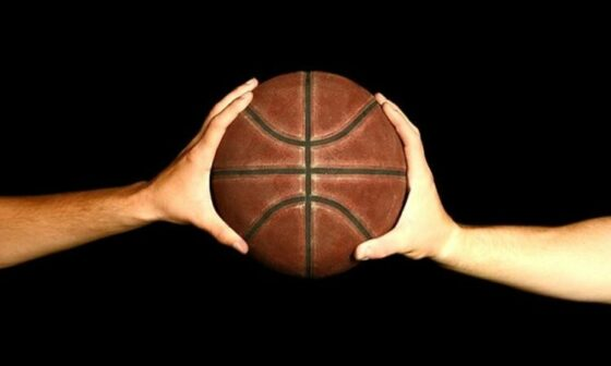 jelaskan cara memegang bola basket