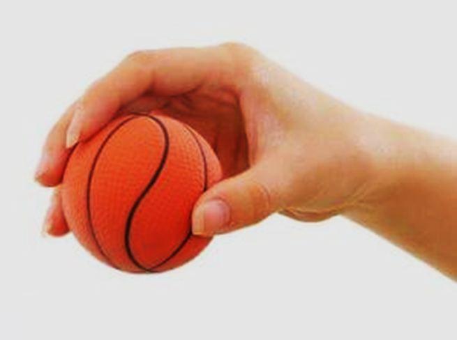 jelaskan cara memegang bola basket yang benar